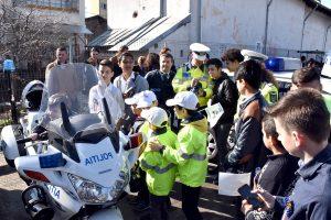Poliţia judeţeană, luată cu asalt de copii