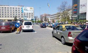 Deşi la Cercul Militar nu au staţie – Taximetriştii nu vor să înţeleagă de vorbă bună… şi staţionează fără stres