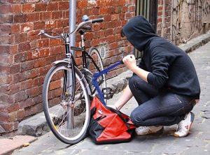 Hoţ de biciclete prins în flagrant