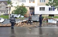 Furtuna a smuls acoperişul unui bloc din Mioveni