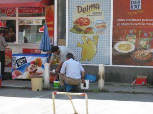 Brânză şi lapte vândute pe trotuar la 35 grade Celsius!