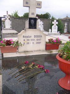 Dobrin, la comemorare, cinci trandafiri şi-o lumânare...