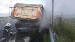 Autocamion în flăcări pe autostradă