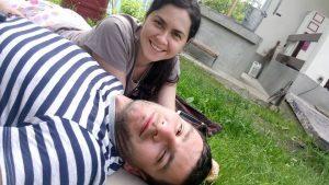 Soţii Ciureanu, fericiţi în curtea casei