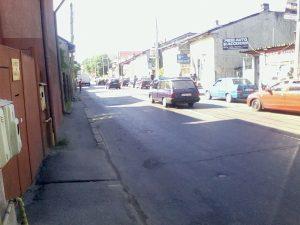 Strada Dumbravei din Piteşti: case de epocă, anvelope, planetare, pivoţi