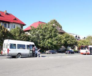 Şoferii de maxi-taxi continuă să sfideze autorităţile