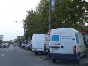 Străzile şi parcările din Piteşti, sufocate de rable şi dube