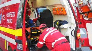 La Mihăeşti, o Skoda a ajuns de pe şosea în pârâu. Patru persoane rănite