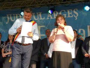 Invitaţii festivalul de la Coşeşti, cinstiţi cu câte o cinzeacă de ţuică