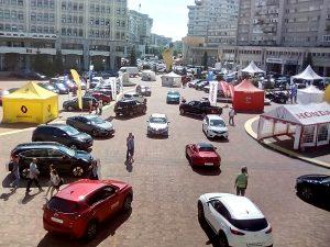"""Salonul Auto cu Plictis loveşte din nou! """"Vedeta"""" târgului, un covor..."""