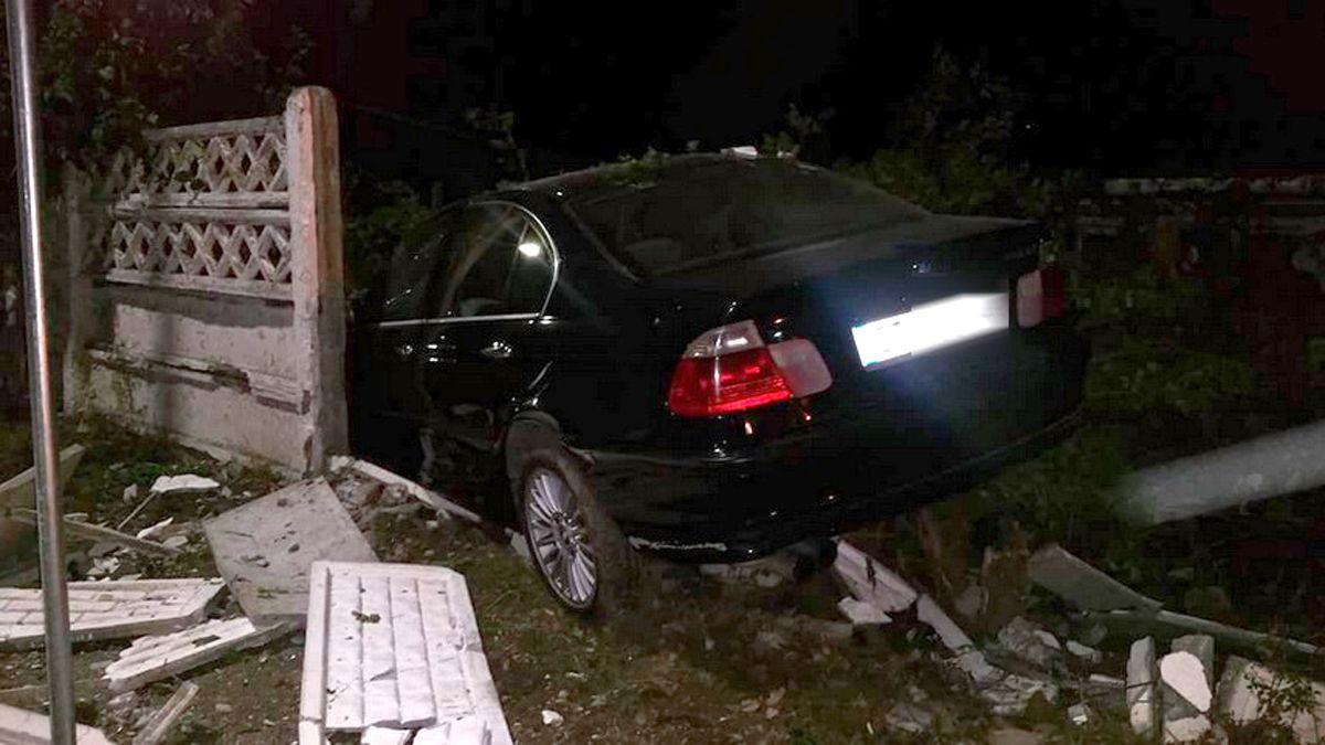 Băut, şoferul a rupt un gard