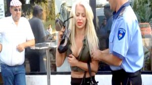 Blonda beată, lăsată în libertate