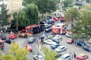 O maşină a pompierilor s-a răsturnat peste trei autoturisme