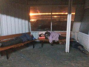 Cititorii ne dau de ştire - Boschetarii dorm în staţii şi pe băncile de la bloc!