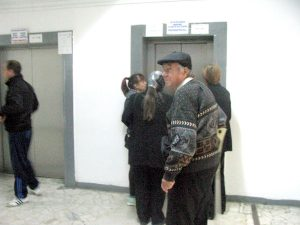 La ditamai Spitalul Judeţean funcţionează doar un lift pentru muritorii de rând!