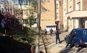 Descindere a jandarmilor la o şcoală din Piteşti