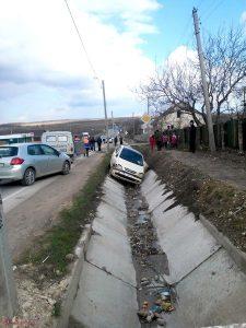 Răniţi într-un Opel ajuns în şanţ