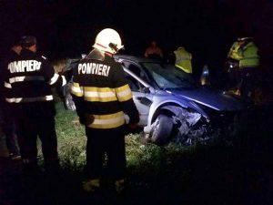 Maşină răsturnată, pasagerii - pe câmp