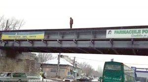 Ameninţa că se aruncă de pe pod