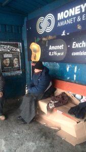 Oamenii străzii dorm sub cerul liber, iar adăposturile au paturi neocupate