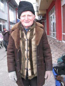 Un cojocar de 88 de ani a lucrat ieri o căciulă de astrahan