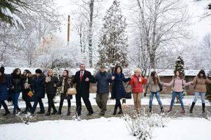 Studenţii poartă Flacăra Centenarului