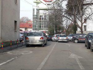 În viziunea unor şoferi, parcatul interzis este opţional!