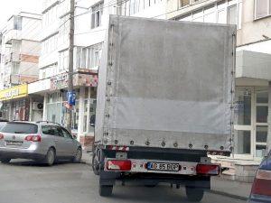 În timp ce poliţiştii locali fac pe supăraţii - Parcările din cartiere sunt pline de camioane