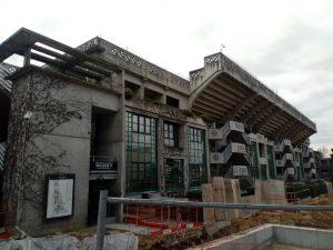 Muncitori argeşeni trudesc din greu la renovarea din temelii a complexului de tenis de câmp de la Roland Gaross