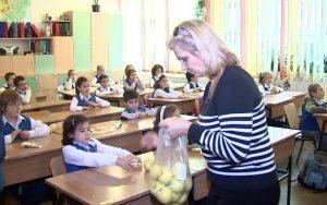 Preşcolarii şi elevii primesc în continuare mere