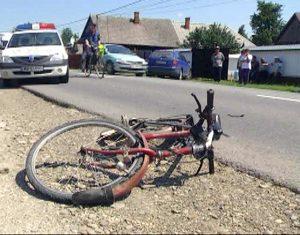 Biciclist lovit de maşină
