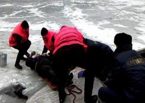 Pescar căzut în apa îngheţată