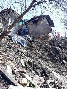 Case în pericol pe o stradă din Curtea de Argeş
