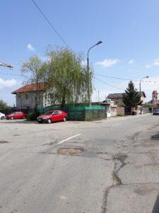 Deşi este făcută praf, pe strada Carpenului s-au trasat linii de demarcaţie rutieră