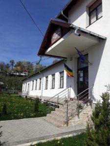 Una dintre şcolile din comună