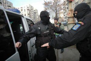 Patru prezumtivi spărgători au fost reţinuţi în vederea arestării