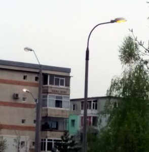 Iluminatul public, aprins în plină zi, în cartierul Trivale din Piteşti