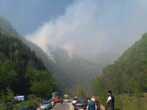 Incendiul de pe Transfăgărăşan, stins. Circulaţia rutieră a fost reluată