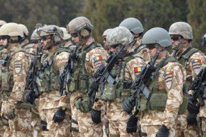 Opt militari argeşeni, răniţi într-un atac cu maşină-capcană, în Afganistan