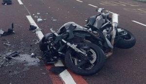 Motociclistul s-a ales cu piciorul fracturat