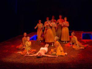 Teatrul antic aplaudat la scenă deschisă.