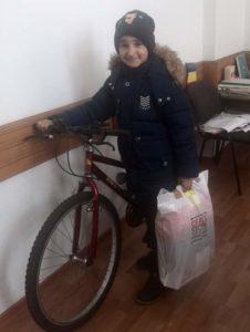 Un carabinier din Italia i-a dăruit o bicicletă unui elev sărac din Piteşti