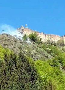 Pompierii luptă să stingă incendiul