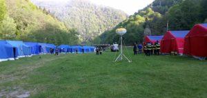 Pompierii şi-au făcut tabără la poalele muntelui