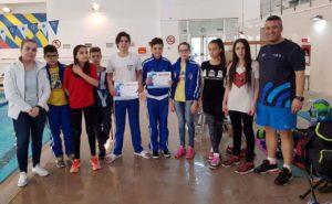 Înotătorii de la CS Dacia Mioveni, alături de antrenorul lor, dl Viorel Ciobanu