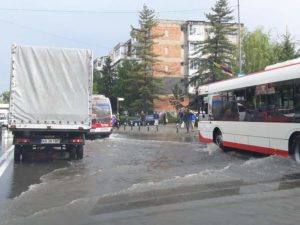 Câteva reprize de ploaie au transformat Piteştiul într-o mică Veneţie