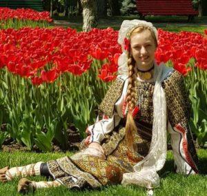 Ilona Amieroaie, o fetiţă din Bucureşti, cu rădăcini argeşene, stea în devenire a muzicii populare