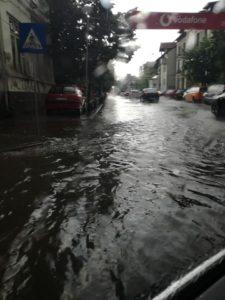 Centrul Piteştiului, cinci ore fără electricitate, din cauza ploilor abundente