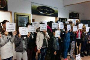 Elevi protestând împotriva lui Ionuţ acum doi ani