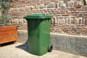 A furat un tomberon de gunoi